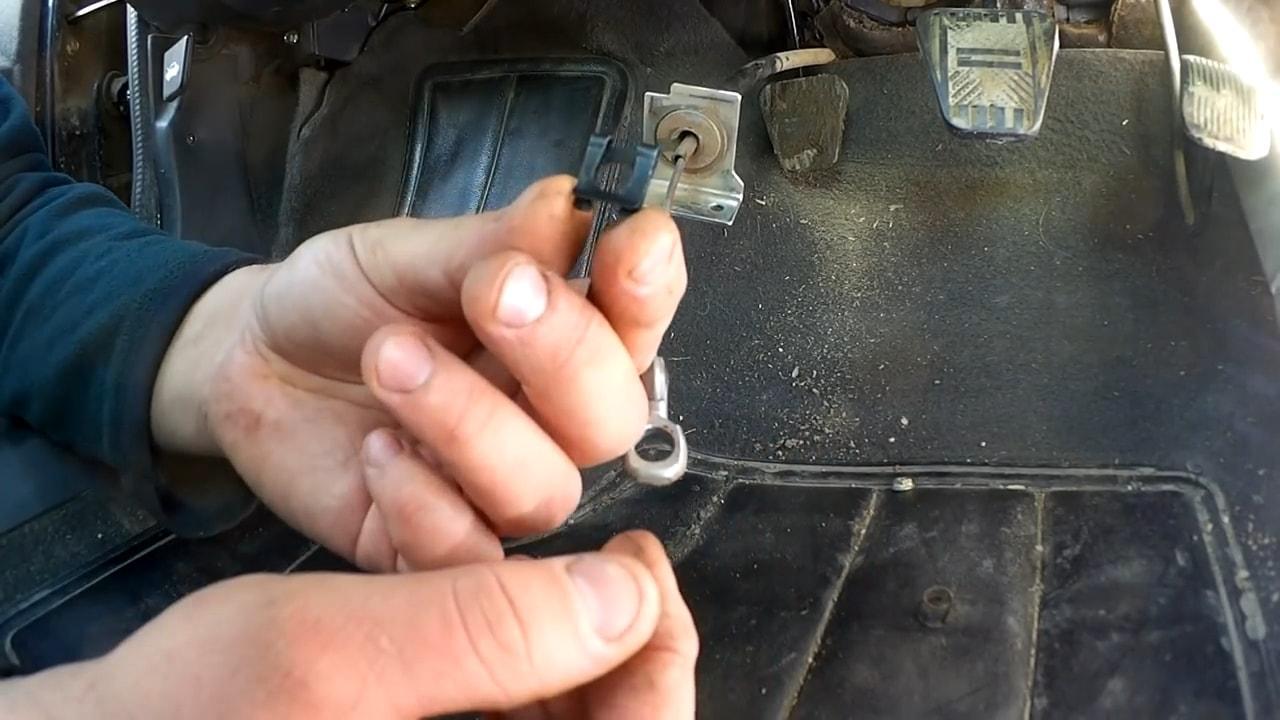 вытянуть и снять стопор наконечника тросика