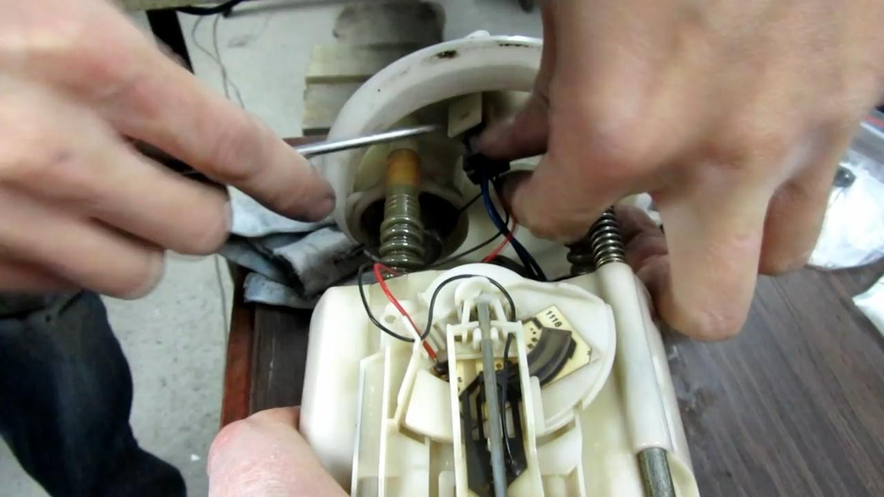 снимаем контакты с регулятора давления топлива