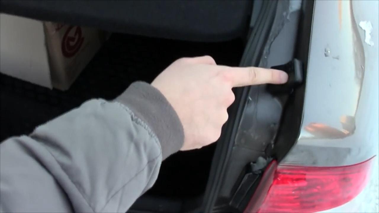 изношены или неотрегулированны резинки багажника приоры