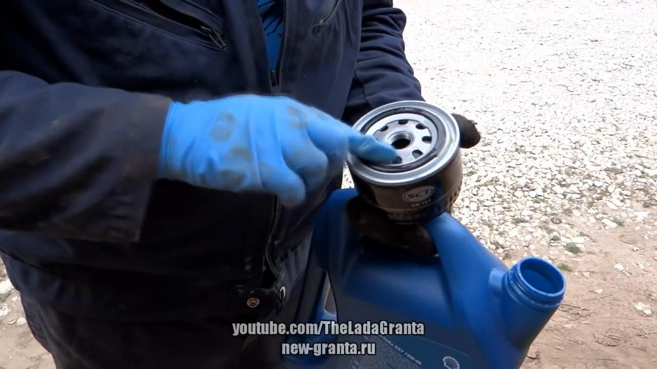 Смазать уплотнительную резинку масляного фильтра