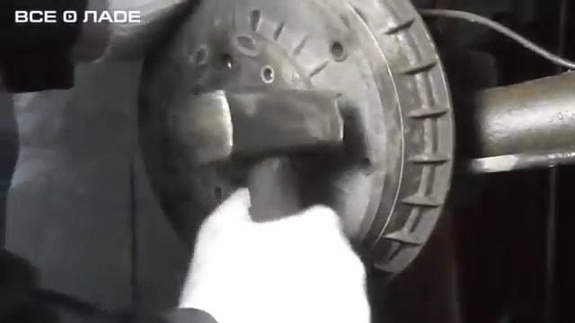 Обстукиваем тормозной барабан Лада Гранта