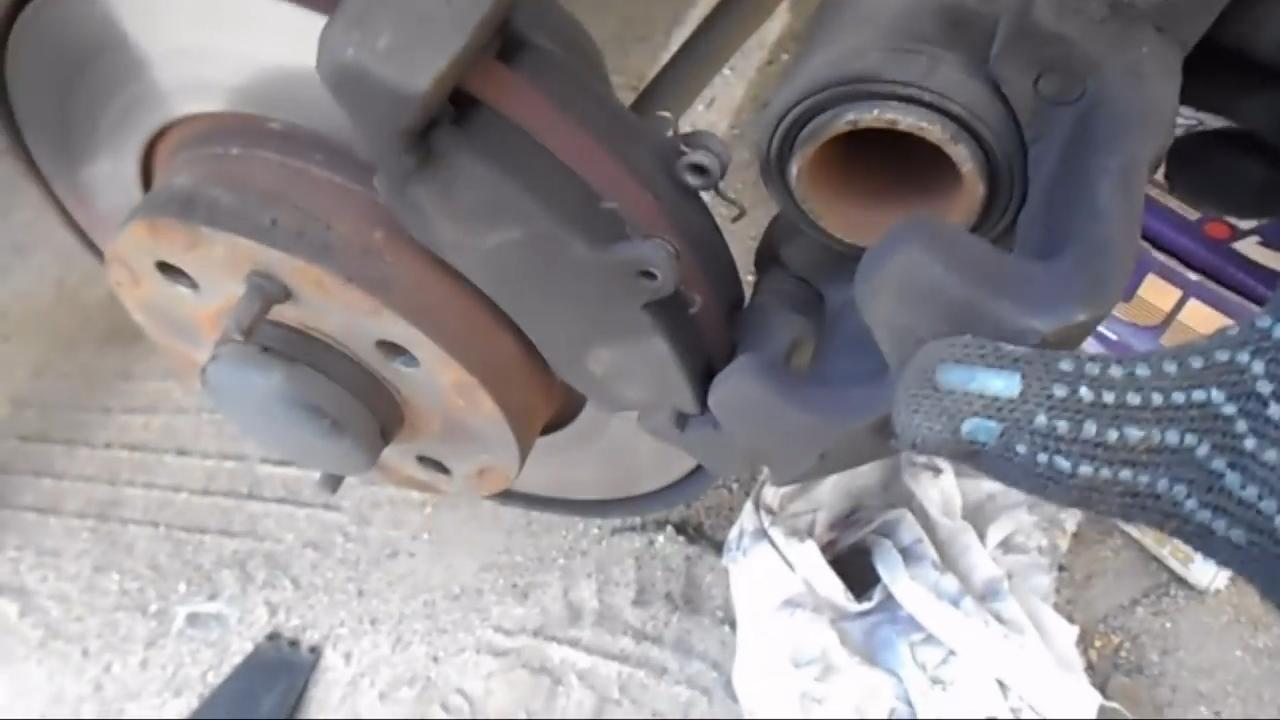 Откидываем тормозной суппорт на Ладе Калина