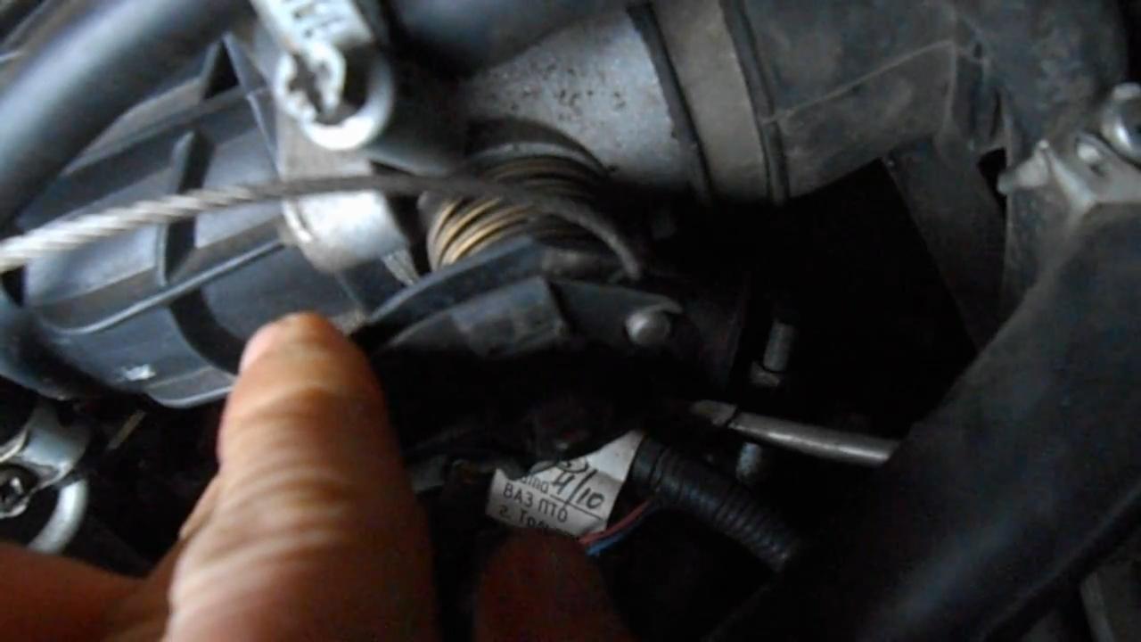 Снимаем тросик газа
