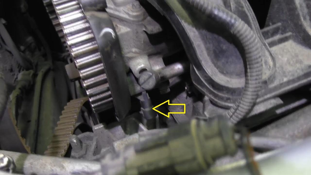Где расположен датчик фаз на приоре 16 клапанов
